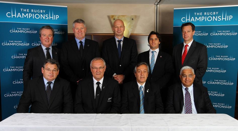 Arriba (i-d): John O'Neill (ARU MD & CEO), Steve Tew (NZRU CEO), Greg Peters (SANZAR CEO), Agustin Pichot (UAR Representative), Jurie Roux (SARU CEO). Abajo (i-d): Peter McGrath (SANZAR Executive), Mike Eagle (SANZAR Chairman), Luis Castillo (UAR President), Mark Alexander (SANZAR Executive)